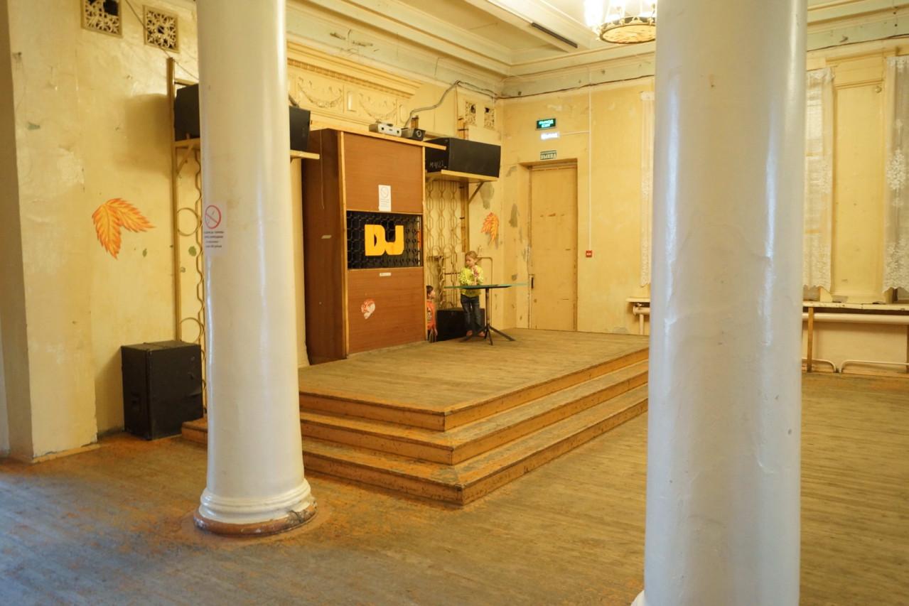Холл, 2 этаж - будка для диджея..)))